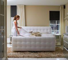 luxus boxspringbett weiss hochflor teppich im schlafzimmer