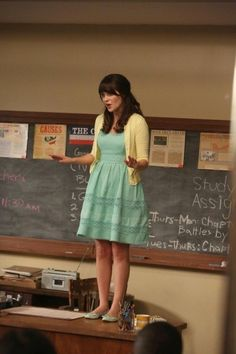 Zooey Deschanel as Jessica Day, New Girl Style Année 20, New Girl Style, Yellow Cardigan, Dress With Cardigan, Retro Mode, Mode Vintage, Pretty Outfits, Cute Outfits, New Girl Outfits