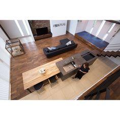キッチンプランから建築の間取りを決められたというN様邸をご紹介いたします。 ・ 「キッチンを中心としたLDK空間に」ということで、建築プランが決まっていない段階からショールームにご来店いただきました。 早くにご来店いただいたいたことで、N様の暮らし方・使い方に合うキッチンプランをより自由な発想でプランニング。 確定したキッチンプランに合わせて建築の間取りを設計されたそうです。 ・ 一目ぼれして決められたというベトングレーとトリュフの組み合わせ。 個性的な柄が特徴のトリュフも、テーブルとして部分的に使うことで空間にほどよいアクセントを効かせてくれます。 ・ キッチンが中心になる空間なので、機器は全てデザイン的にも美しい海外製と決めていたそう。 レンジフードも、空間デザインと傾斜のかかった高い天井を考慮してTEKAの上下昇降タイプをスペックしました。 デザイン性の高さだけでなくお手入れもとても楽で、大変気に入って使っていただいています。 ・ 天井が高く自然光もふんだんに入る伸びやかなLDK。 奥様とお婆様で丁寧にお手入れされている植栽やお野菜たち。…