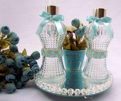Kit Lavabo Luxo incluí: 1 sabonete liquido vidro 250ml, decorado com pedras azuis e strass 1 difusor de varetas vidro 250ml, decoradocom pedras azuis e strass. 1 bandeja redonda espelhada 20cm de diâmetro decoradacom pedras de cristais. 1 vasinho de porcelana com flores artificiais. ...