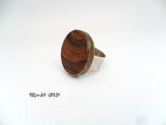 Anillo exclusivo, sólo está esta pieza.  Está realizado con madera de olivo, una caja de latón para sujetar la madera y anillo de plata para que sea una pieza para toda la vida, además de evitar alergias. Talla 18. http://www.craftmebaby.com/es/shop/jewelry/anillo-de-madera-de-olivo/