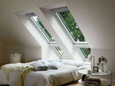 Steht das Kopfende des Bettes unter der Schräge, fühlen sich viele eingeengt. Mit entsprechend platzierten Fenstern kann man diesem Gefühl entgegenwirken. Fenster mit einem Sensor, der das offene Fenster bei Regen schließt, schützen dabei vor unliebsamen Überraschungen.
