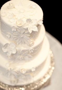 Amazing white cake with tiny floral accents - Wedding look