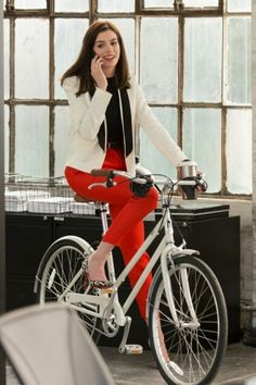 Love the colors of this outfit and the classic feel.Anne Hathaway the Intern Anne Hathaway wearing Cedric Charlier Tuxedo Jacket and Christian Louboutin Iriza Leopard Pumps Classy Outfits, Casual Outfits, Anne Hathaway Style, Look Office, Red Pants, Work Fashion, Cute Tops, Poses, Blouses For Women
