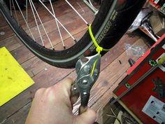 Winterbanden voor je fiets Sneeuw en gladheid zijn geen pretje voor fietsers. Even niet opletten en je schuift onderuit. Met een handvol tie-wraps tover je gewone fietsbanden in een wip om tot winterbanden.