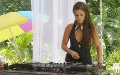 A mineirinha DJ Babi tocou hits de balada para animar a festa