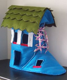 Felt Shoe Doll House by Making Ends Meet Homemade Kids Toys, Homemade Crafts, Fabric Toys, Felt Fabric, Felt Diy, Felt Crafts, Felt Doll House, Textiles, Sewing Toys