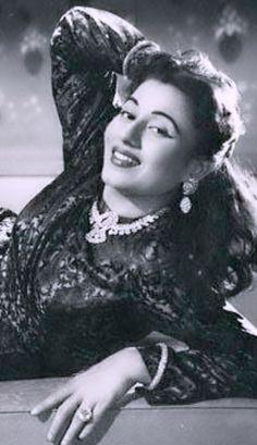The full Moon. Beautiful Bollywood Actress, Beautiful Indian Actress, Bollywood Stars, Bollywood Fashion, Timeless Beauty, Classic Beauty, Bollywood Pictures, Actress Anushka, Vintage Bollywood