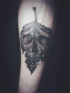 Amazing scull leaf tattoo. Source: billliex