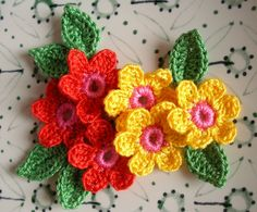 6 Crochet Flowers + 6 leaves Handmade Crochet Appliques, Crochet Flowers in red and yellow with pink center and 6 green leaves -set of 12 di IaiaHobbyCrochet su Etsy