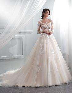 eb6f05a82 Um lindíssimo vestido de noiva de corpo transparente bordado a renda com  manga, e saia