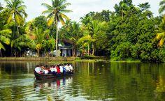 Estudiantes viajando en bote en Kerala, India
