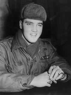 Sorridente com o uniforme do exército americano, também em 1958  Foto: Getty Images