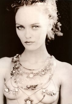 Vanessa Paradis photographed by Paolo Roversi  Je vous invite à suivre ma page Facebook ici : https://www.facebook.com/pages/Portail-Blog/149799365034470
