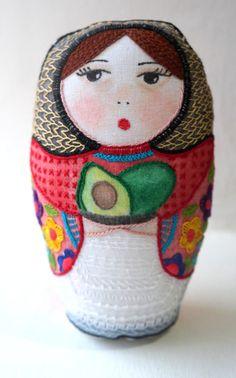 Ivana | matrioska de tela pintada y bordada con aguacates | María Tenorio, Gineceo, 2015