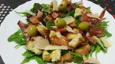 Rúcula, tomàquet, bacon, pernil, pa fregit, parmesà i olivada