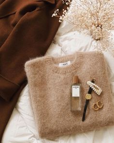 This fluffy sweater gets me already so excited for the autumn and winter season! Cream Aesthetic, Gold Aesthetic, Classy Aesthetic, Aesthetic Fashion, Aesthetic Style, Autumn Aesthetic, Aesthetic Clothes, Flat Lay Photography, Clothing Photography