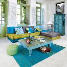 Pareti bianche e divano colorato - Come abbinare il divano nelle tinte fredde alle pareti.