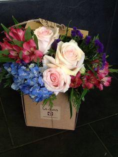 Caja La Jara con rosas, hortensias y alstroemerias