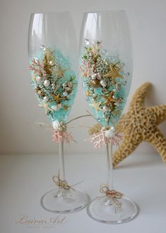 Bride And Groom Glasses, Wedding Wine Glasses, Wedding Champagne Flutes, Champagne Glasses, Seashell Projects, Seashell Crafts, Wine Glass Crafts, Bottle Crafts, Beach Table Decorations