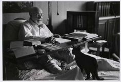 @oldpicsarchive: Matisse working in bed, his cats at his feet; #Nice, #France,1949  #museum in Cimiez @Nice_Tourisme