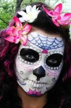 Blanco y negro para empezar, luego se agregan los detalles coloridos:   20 Maquillajes que te harán robar miradas durante El Día De Los Muertos