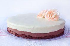 Μια συνταγή για μια πεντανόστιμη Τούρτα με μαύρη και άσπρη σοκολάτα. Μια τούρτα για όλες τις περιστάσεις, γενέθλια, πάρτυ, οικογενειακές και φιλικές συγκεν