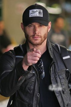 Jensen Ackles arrives in Vancouver to begin work on 10x01. I want you too, Jensen ;)