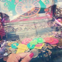 Normal bin ich ja außer was das Essen angeht kein Fan von Messe, Jahrmarkt und Co.. Aber sobald ich dieses Spiel seh muss ich spielen! Stundenlang  #machtkaumsüchtig #messe #münzen #münzschieber #coins #coinpusher #jahrmarkt #kirmes