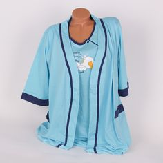Памучен комплект за бременни и кърмещи майки от две части - халат и нощница за кърмене. Изработени са в нежен син цвят, с декорация от кантове в тъмносиньо с бели точици. Халатът е с дължина до коляното, 3/4 дълги ръкави, джобове отстрани и колан. Нощницата е с обло деколте и къси ръкави, обшити с кант в синьо на бели точки, копчета на бюста за улеснение при кърмене и свежа апликация на сладка гъска в средата. Отличен избор за всяка майка, подарете си удобство и комфорт.