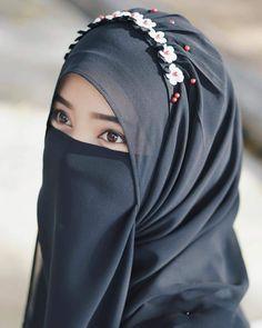 Pin Image by Fashion Kusmia Arab Hijab, Arab Girls Hijab, Hijab Niqab, Muslim Hijab, Hijab Chic, Muslim Girls, Beautiful Muslim Women, Beautiful Hijab, Hijabi Girl