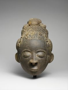 Memorial Head (Nsodie) of an Akan ruler - Ghana, Twifo-Heman traditional area. c1800. Terracotta.