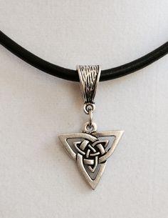 Este diseño celta tiene un aspecto de plata antiguo. He utilizado una fianza correspondiente y he hecho un cuero negro de 18 pulgadas y un collar de plata. Esto vendrá a usted envuelto cuidadosamente en una caja de regalo y por el primer correo disponible.
