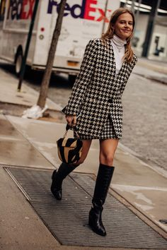 Street style, i migliori look dalla New York Fashion Week High Street Fashion, Fashion Week Paris, Ny Fashion, Vogue Fashion, School Fashion, Look Fashion, Autumn Fashion, Fashion Design, Classy Fashion