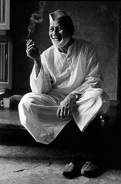 "Music ©: Shehnai Maestro Ustad Bismillah Khan [from ""Music Maestros: Photographs"" by Raghu Rai]. Dreamy Photography, History Of Photography, Indian Photography, World Photography, Street Photography, Indian Music, Indian Art, Bismillah Khan, Hindustani Classical Music"