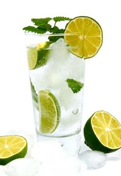 Soda Chanh, Vietnamese Lime Soda recipe - refreshing and perfect for entertaining Home Remedies For Heartburn, Heartburn Relief, Natural Home Remedies, Lemon Water Benefits, Lemon Health Benefits, Best Metabolism Booster, Lemon Water In The Morning, Stop Acid Reflux, Beauty Tips