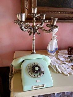 Assim como discar um número de telefone neste aparelho. | 20 imagens que vão te lembrar a sua infância na casa da sua avó