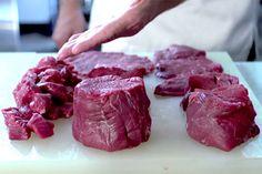 Curso de filé mignon  Há diversas maneiras de cortar e preparar esse corte, aprenda com o chef Guga Rocha