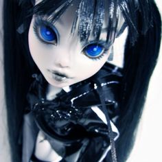 Black Rock Shooter - From a SS Frankie. The outfit was created by Cosmo Creative Corner (a.k.a. AMonsterHighGuy). She initially had cloth boots but I swapped it out for Ghoulia's boots instead.
