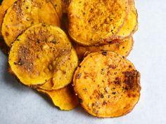 Diese knusprigen Süßkartoffelchips sind genau das Richtige für alle, die eine gesunde Variante zu normalen Chips suchen. Vegan, glutenfrei und fettarm.