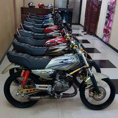 Image may contain: motorcycle Cafe Racer Honda, Cafe Racer Bikes, Yamaha Motorcycles, Honda Cb750, Yamaha Rx100, Harley Davidson, Honda Cub, Motor Scooters, Mini Bike