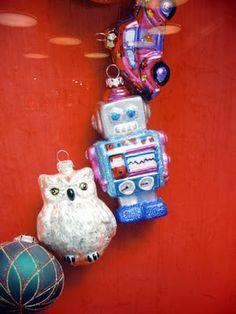 joulu! Yule! Jul! Pöllö ja robotti kuusenkoristeet...  Jemina Staalon matkaploki: Tukholmassa joulun näyteikkunat henkivät Panin labyrinttiä