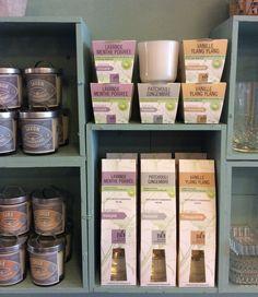 huonetuoksut ja tuoksukynttilät valkoisessa lasiastiassa . luonnonmukaiset ainesosat . laventeli-piparminttu . patchouli-inkivääri/virkistävä - vanilja-ylang ylang/rauhoittava . @kooPernu