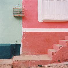 A Cuba, des murs rose goyave, pêche, vert clair, vert émeraude. Le blanc apporte une respiration.