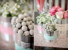Idée déco florale, pots de conserve entourés de dentelle