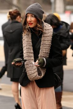 Knit, knit and knit. Gorgeous hair and red lips don't hurt ;)