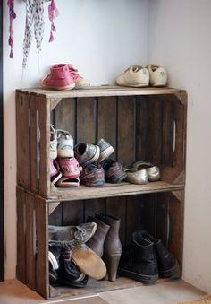 Use wooden crates for shoe storage Kids Shoe Storage, Shoe Holders, Neat And Tidy, Scandinavian Interior, Wooden Doors, Wooden Crates, Halle, Kitchen Organization, Mudroom