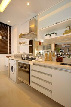 Cozinha com cortina tipo persiana de madeira escura