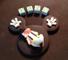 This is for (1) one fondant edible Mickey mouse baby lying on a black head mouse blanket with (1)mini pair of Mickey gloves(can be slipper