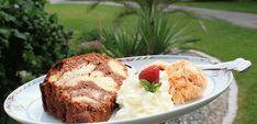 Mamas Marillen-Sauerrahm-Eis mit Omas Marmorgugelhupf :-D Dessert, Mashed Potatoes, Muffin, Breakfast, Ethnic Recipes, Food, Plain Cake, Yummy Ice Cream, Souffle Dish